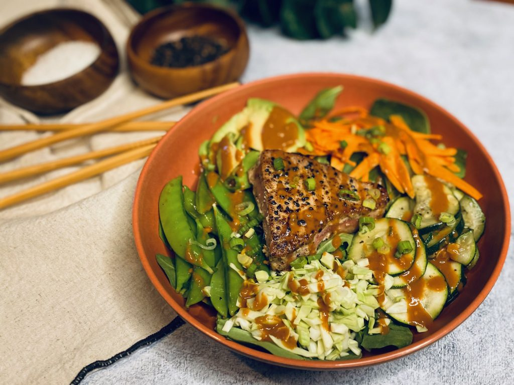 Seared tuna bowl with peanut sauce